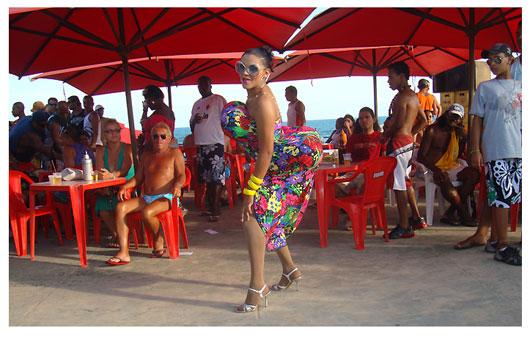 Perereca Brasil comanda a festa, é a hostess da Bahamas e muita gente para assistir aos Shows com transformistas no domingão de praia.